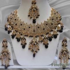 Набор украшений – серьги, тика, ожерелье. Залог 1500 руб., прокат 500 руб.