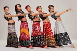 танцы индии на празднике красок Холи